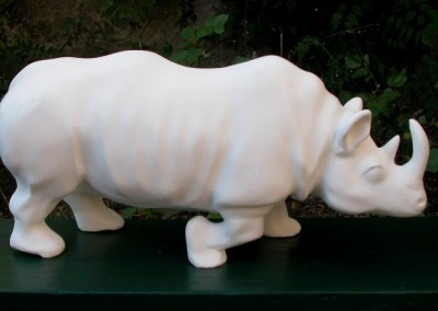 sculpture-rhinoceros-blanc-cote